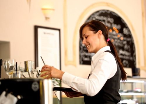 Serveuse travaillant au salaire minimum qui subit une augmentation en ce 1er mai
